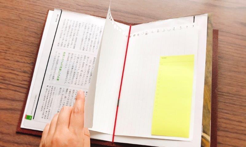 裏紙だけでなく、付箋紙や資料を組み合わせれば自分用のバインダーになる。公式サイトではスケジュールやToDoリストのPDFファイルを配布している