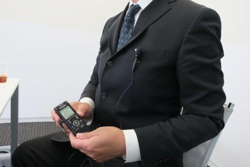 マイクを胸ポケットに装着して露出させておくと、ICレコーダーの置き場所がなくてもクリアな録音が可能