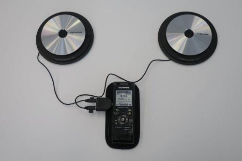オリンパスのバウンダリーマイクロホン「ME33」。机から伝わる振動によるノイズを軽減するインシュレーターも装備