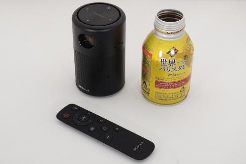 一般的な太めの缶ジュースによく似たサイズだ(比較に使った缶は350mlではない)。付属するリモコンは薄くて軽い