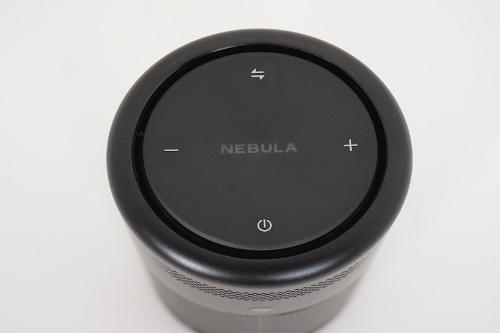 天板の操作ボタン。電源ボタンの反対側にあるのはBluetooth対応スピーカーとプロジェクター機能の切り替えボタンだ