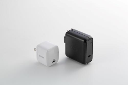 出力が同等のAnker製品「PowerPort Speed 1 PD 30」(右)と比べると、重さも大きさも約半分だ