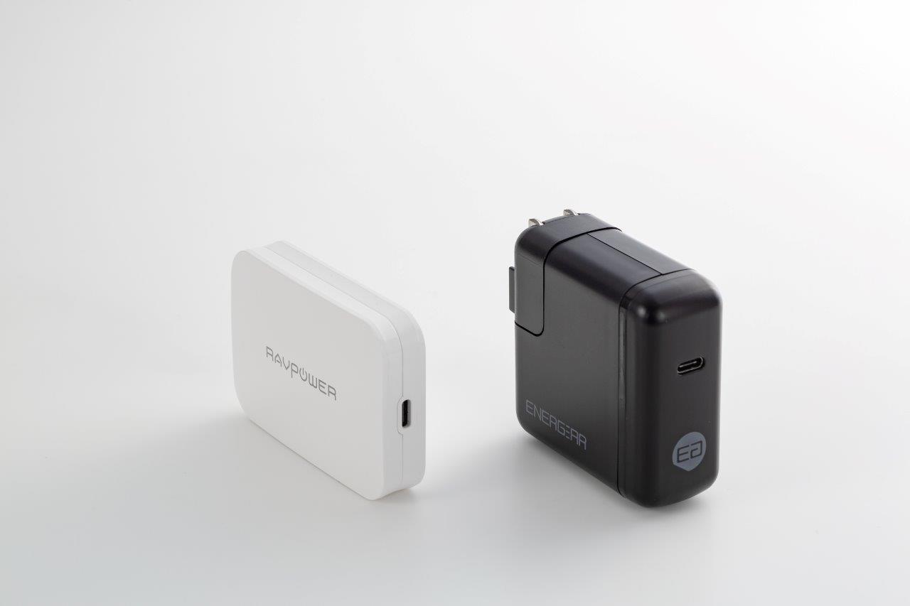 最大出力46ワットの標準的な他社製USB PD対応充電器(右)と比べると、重さも大きさも約半分だ (撮影:スタジオキャスパー)