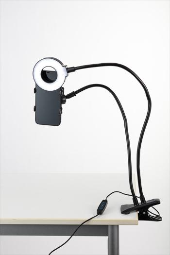 クリップで机に挟んで利用する。アームは柔軟で、スマホやLEDリングライトの位置を調節できる