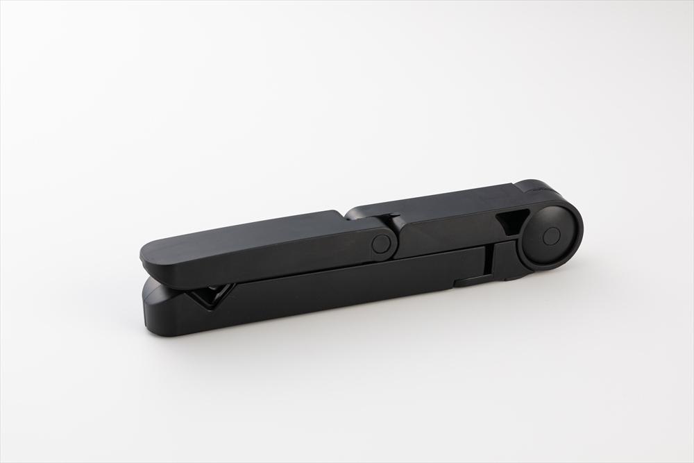 小さく折り畳むことができる。樹脂製のため携行しやすい