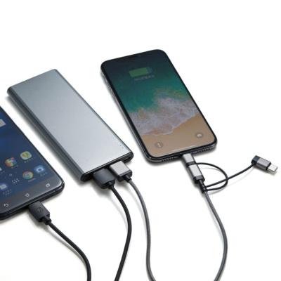充電端子は2ポート。手持ちのスマホ用のケーブルと付属の3in1ケーブルの2本を持ち歩けば、さまざまな周辺機器や人のスマホもスムーズに充電できる