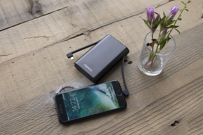「cheero Twintail 10050mAh」(3000円前後)/バッテリー容量:10050mAh/出力:Lightning、microUSB、USB 合計5V/3A/入力:5V/2A/サイズ:109×68×22mm、225g