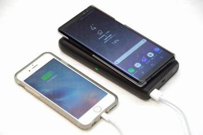 ワイヤレス充電と同時にUSB端子からの充電も可能だ