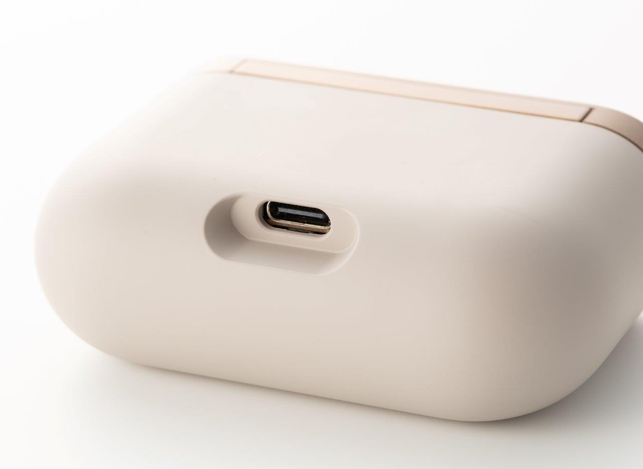 充電ケースの底は丸い。充電用端子はUSB Type-Cだ (撮影:スタジオキャスパー)