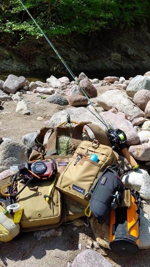 筆者の渓流釣行装備。純正アクセサリーを使ってバッグの外側にTough TG-6を装着している