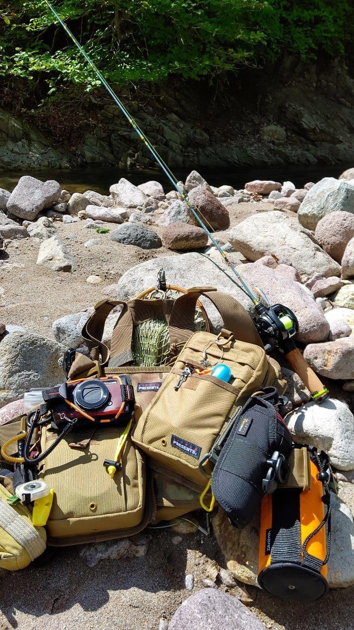 筆者の渓流釣行装備。純正アクセサリーを使ってバッグの外側にTough TG-6を装着している (撮影:稲垣宗彦)