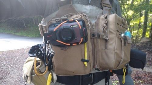 純正アクセサリー製品「スポーツホルダー」を使うと、Tough TG-6をバッグにしっかりと固定できる