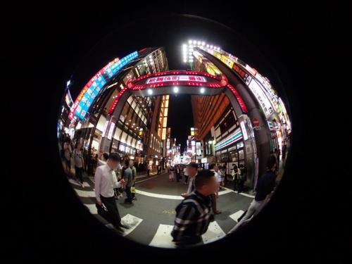 Tough TG-6にフィッシュアイコンバーターを装着して撮影した新宿・歌舞伎町一番街。カメラの真上にある照明や真横にある看板も1枚の写真に撮影できる
