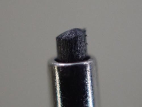 Tough TG-6の顕微鏡モードで撮影した0.5mmのシャープペンシルの先端。身近な被写体を撮影してみると意外な発見がある