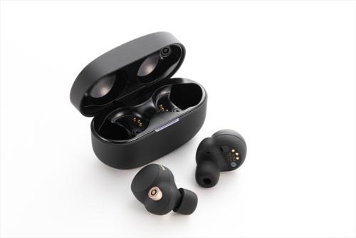 ソニーのノイズキャンセリング機能付き完全ワイヤレスイヤホン「WF-1000XM4」。写真の「ブラック」のほかに「プラチナシルバー」もある