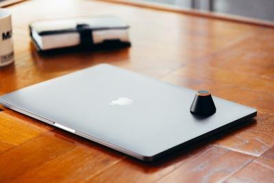 このように、ノートパソコンを閉じた上に載せたり、タブレットを伏せて置いて、その上に載せたりといった使い方が一般的