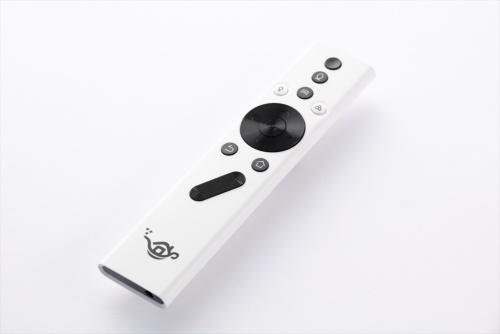 付属のリモコン。メディアプレーヤーの操作ボタンは黒色、シーリングライトの操作ボタンは白色で分かりやすい。電源のオン・オフなどは音声でも操作できる。シーリングライトの電源は、それ以外の機器と分離しているため、メディアプレーヤーの電源がオフでもシーリングライトを点灯できる