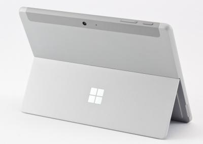 Surface Pro同様に背面のスタンドで自立できる。スタンドは最大165度まで自由に角度調整できる