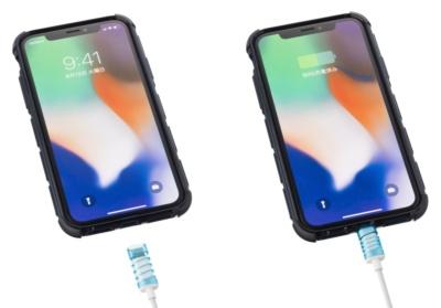 左が使用前、右が使用中。機器の端子に押しつけると保護カバーが縮む構造。iPhoneをケースに入れている場合はその構造次第で干渉してしまうこともあるかもしれない。保護カバーは外れる構造なので、そのときは開き直って普通のUSBケーブルとして使おう