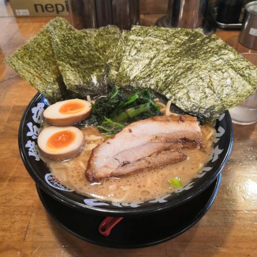 ラーメン屋に到着。筆者の地元では唯一と言っていい「家系ラーメン」だが、以前住んでいた東京・中野にあった「二代目武道家」に近い濃厚感が大変好み