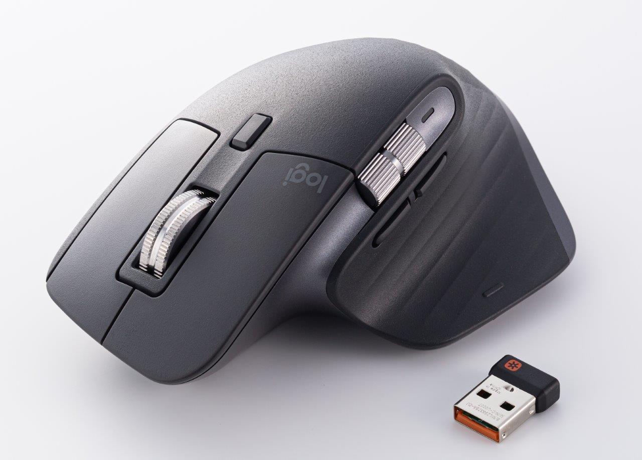ロジクールのワイヤレスマウス「MX MASTER 3」。ワイヤレス接続用のレシーバー、USB Type-Cの充電ケーブルなどが付属する。カラーバリエーションは3色 (撮影:スタジオキャスパー)