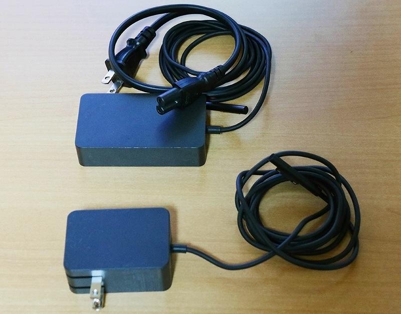 Surface LTE用の電源アダプター(上)は336グラム。Surface Go用の電源アダプター(下)は小型で136グラムと軽い