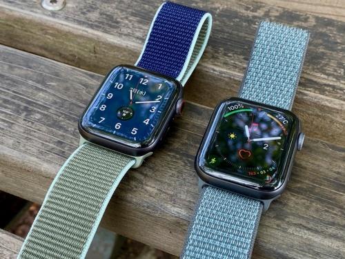 「Apple Watch Series 5(スペースグレイアルミニウムケース)」(左)と「Apple Watch Series 4(スペースグレイアルミニウムケース)」(右)。サイズや重さは全く同じ。外観では区別は全く付かないだろう