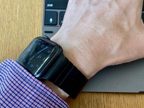 Series 5は画面を常に表示しているので、腕を動かすことなく斜めからでも時刻などの情報を確認できるようになった