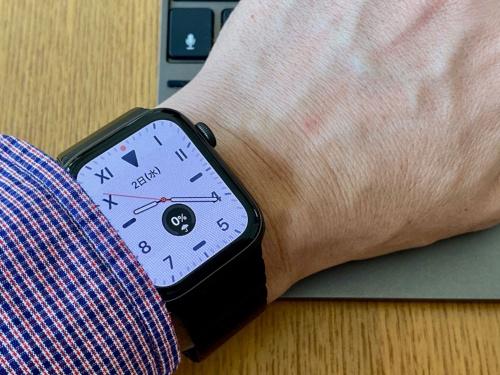 手首を手前にひねって画面を上に向けると、文字盤が白い通常表示になる。先の写真のように、斜めから画面を見る状態では文字盤が黒いことが分かる