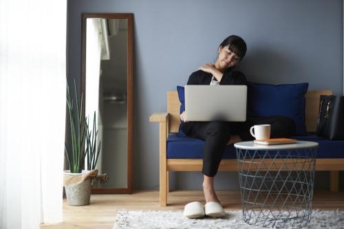 テレワークでの自宅作業で腰痛や肩こりに悩む人が増えている