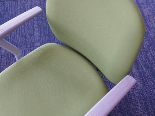 座骨前方サポート機能を持つ椅子。座面が複雑な曲面で構成されている
