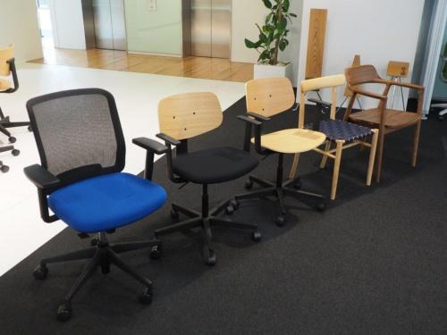 左側3つは高さ調整ができる椅子。全て内田洋行が販売している椅子