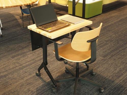 内田洋行が販売している木目調の折りたたみ机とオフィスチェア「MUチェア」の組み合わせ。こうしたデザインだと自宅のインテリアにも溶け込みそうだ