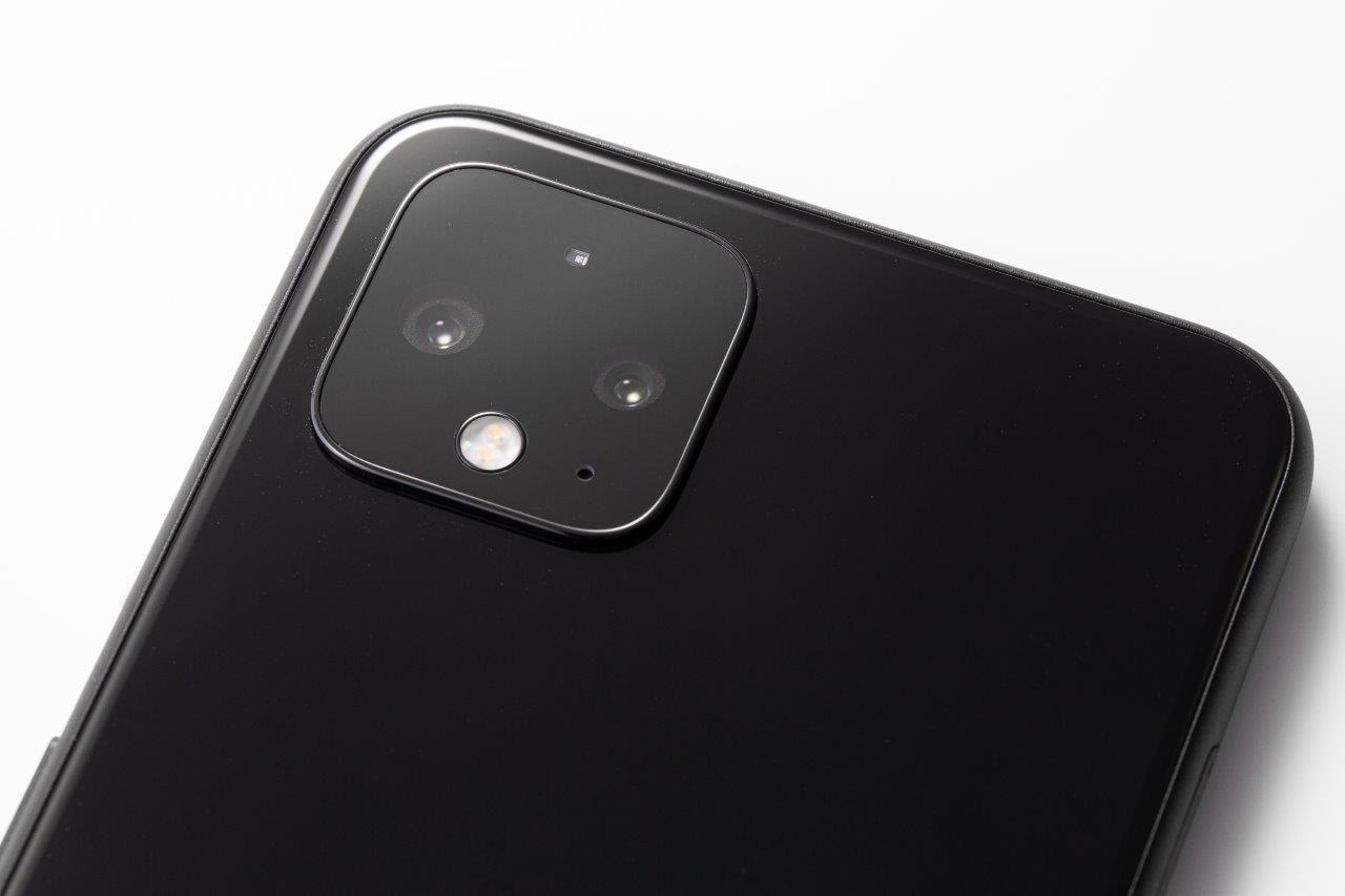 背面カメラはデュアルカメラだ。カメラ部分全体を黒くして目立たなくすることで、威圧感を抑えているのは好印象 (撮影:スタジオキャスパー)