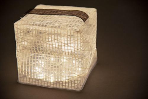 ランドポートのキューブ状の照明「キャリー・ザ・サン」。大きさが大小2種類あり、大きいほうの「ミディアム」は希望小売価格3800円(税別)