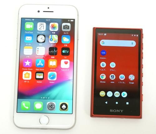 iPhone 8(左)とNW-A106の大きさを比べた。NW-A106の方がやや厚みはあるが、だいぶ小さい
