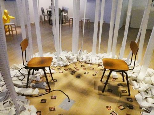 インスタレーション作品「Us and Them(私たちと彼ら)」。5つに分かれる展示セクションの「5 変容する社会と人間」にある