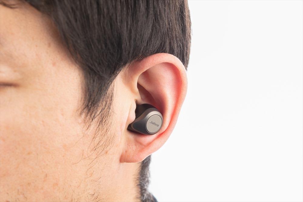 コンパクトなので、装着しても耳から飛び出す部分が少なく、目立ちにくい