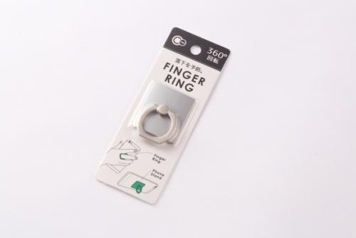 「FINGER RING」はキャンドゥで108円で購入した。落下防止リングとスタンドの二役をこなす。ダイソーやセリア、シルクなど、ほかの100円ショップにも同様の製品がある