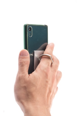 FINGER RINGはスマホに取り付けた保護ケースの背面に、両面テープで固定して使う