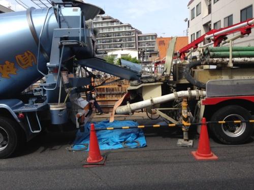 コンクリートのひび割れを減らすには、単位水量の削減が最も効果的――。これは多くの技術者にとって定説だったが、最新の研究で粗骨材の種類でもひび割れリスクが大きく変わると分かってきた。写真は千葉県内のマンションの建設現場(写真:日経 xTECH)
