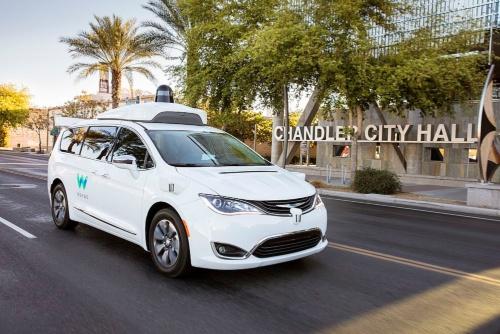 米アリゾナ州チャンドラー市内を走行するウェイモの自動運転車