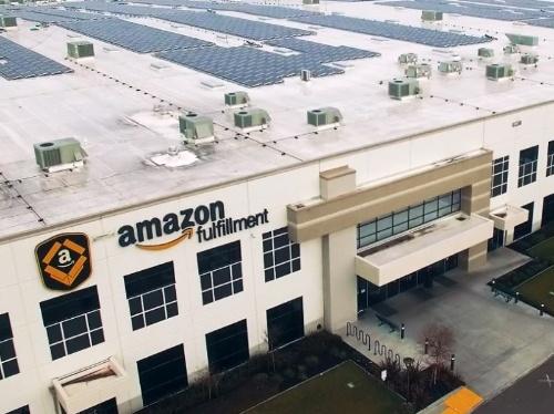 アマゾンの物流センターの屋根に設置されたソーラーパネル。同社は2025年までに再生可能エネルギー利用100%を目指すという