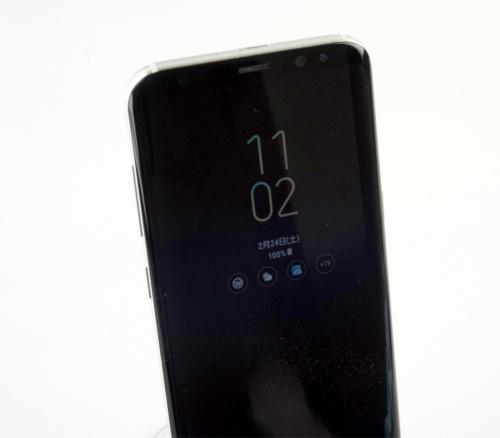 Galaxy S8+はスタンバイ状態でも時計などを表示する。このタイプならバッテリー消費は少ない。有機ELを生かした機能だ
