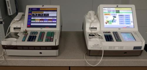 店員側から見た従来型レジ(左)と新型レジの外観。キーボードの一部をタッチパネル(ソフトキー)に変えた以外は大きな変化がない