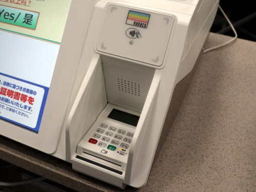レジ前面右下に接触ICクレジットカードの挿入口とピンパッドを内蔵