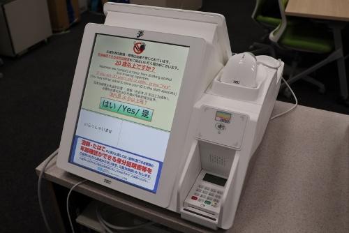 セブン-イレブンの新型POS(販売時点情報管理)レジ。東芝テック製のWindows 10機を採用