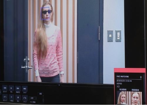 パナソニックの新しい顔認証システム「FacePRO」。サングラスをかけて顔の一部を隠している人でも、登録した顔画像と照合して本人確認できる