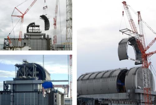 3号機原子炉建屋に燃料取り出し用カバーのドーム屋根と燃料取り扱い機を設置する様子。建築工事は鹿島JVが、設備工事は東芝が担当した(写真:東京電力HD)