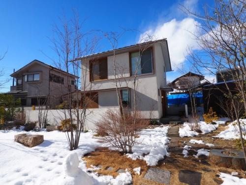 相羽建設の宿泊可能なモデルハウス「つむじ」。取材で訪ねた日は、雪が残っており寒かった(撮影:安井 功)